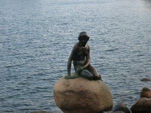 Estátua A Pequena Sereia, em Copenhague. Foto
