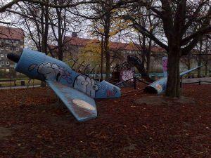 Playground do avião que caiu, no Parque Nørrebro, em Copenhague. Foto de xmacex via Wikimedia.