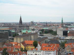 Copenhague vista da torre de uma de suas igrejas.