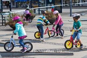 Crianças aprendem a andar de bicicleta num parque em Copenhague.  Foto de Ursula Bach, via http://www.kk.dk/