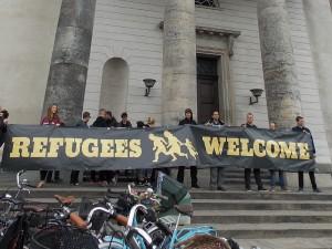Cartaz de boas-vindas aos refugiados na manifestação no dia 12 de setembro de 2005 em Copenhague.