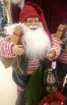 Papai Noel para decoração de Natal à venda em supermercado da Dinamarca.