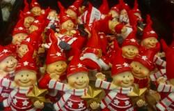 Duendes de Natal para enfeite à venda em loja da Dinamarca.
