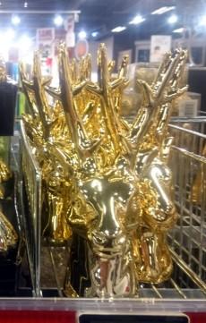 Rena de vidro para decoração de Natal à venda em supermercado dinamarquês.