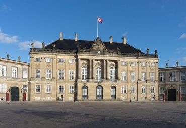O Palácio Christian VIII, parte do complexo de palácios Amalienborg, é a modesta residência do príncipe Frederik e sua família. Foto: Wikimedia.